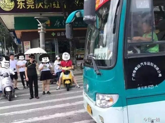 Bé 9 tuổi trộm xe buýt tung hoành khắp đường phố