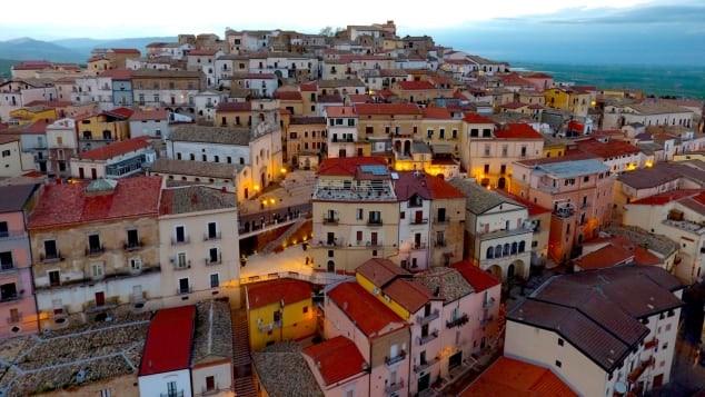 Thị trấn Ý tìm kiếm sự hồi sinh của lượng cư dân