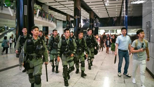 Người biểu tình Hong Kong đổi chiến thuật để trà trộn sân bay