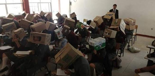 Giáo viên buộc học sinh đội thùng carton để ngăn quay cóp