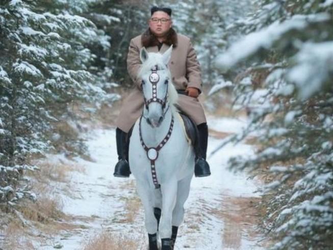 Ông Kim Jong-un cưỡi bạch mã trên núi tuyết tuyệt đẹp