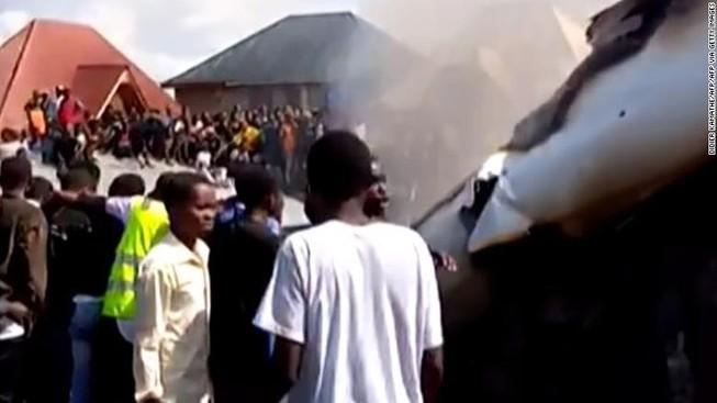 11 người trên mặt đất thiệt mạng vụ máy bay đâm xuống nhà dân