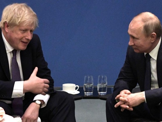 Thủ tướng Anh Boris Johnson (trái) và Tổng thống Nga Vladimir Putin bên lề hội nghị về Libya ở Berlin. Ảnh: NEWS SKY