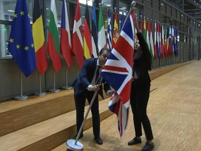 Quốc kỳ Anh được đưa đi khỏi khu vực cắm cờ các nước thành viên Hội đồng châu Âu. Ảnh cắt từ video