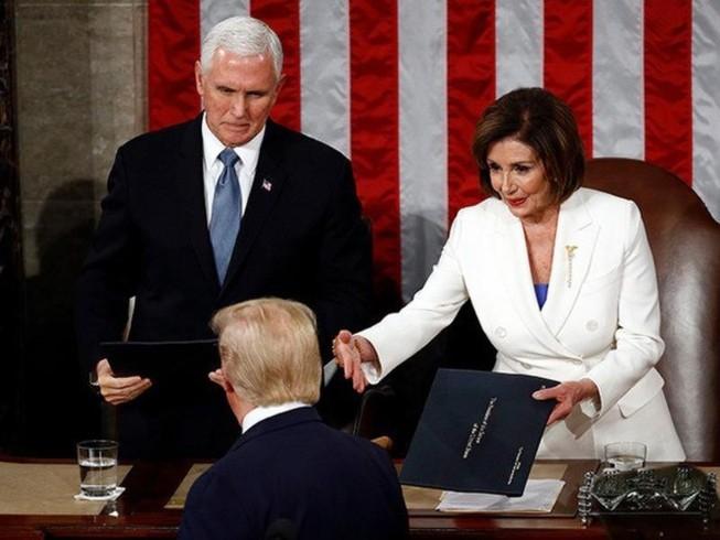 Ông Trump không bắt tay bà Pelosi khi đọc thông điệp liên bang