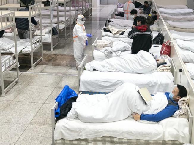 Bệnh nhân bị nhiễm virus Corona được nhìn thấy tại một bệnh viện tạm thời được chuyển đổi từ một Trung tâm triển lãm ở Vũ Hán vào ngày 5-2. Ảnh:TÂN HOA XÃ