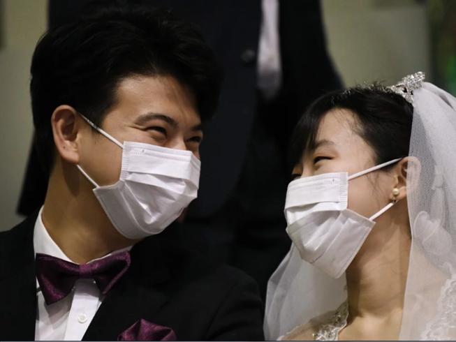 Cô dâu chú rể mang khẩu trang tại lễ cưới tập thể ở Seoul. Ảnh: AFP
