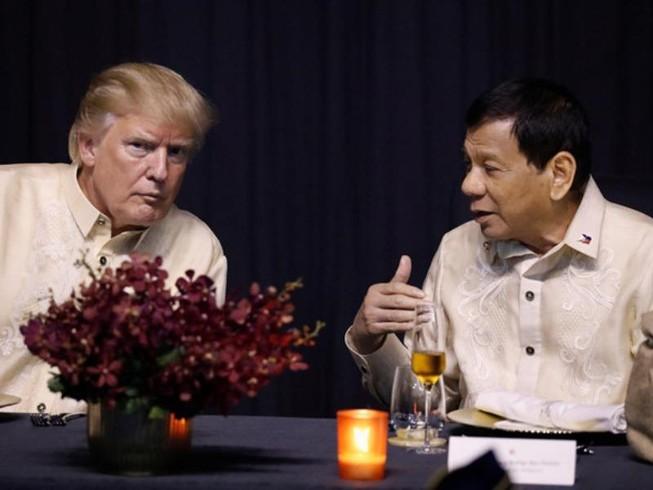 Tổng thống Donald Trump (phải) trong cuộc gặp Tổng thống Philippines Rodrigo Duterte (phải) ở Manila hồi tháng 11-2017. Ảnh: REUTERS