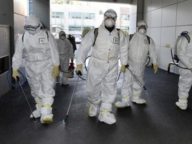 Nhân viên y tế khử trùng tại thành phố Daegu. Ảnh: AFP