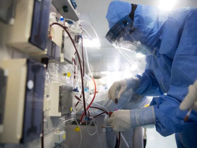 Nhân viên y tế kiểm tra thiết bị khi họ điều trị cho bệnh nhân COVID-19 tại một bệnh viện ở Vũ Hán vào ngày 19 tháng 3. Ảnh:AFP