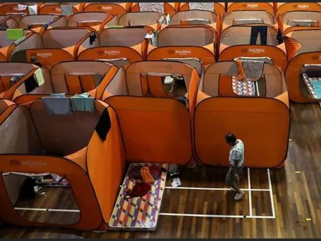 Những người vô gia cư nghỉ ngơi tại một nơi trú ẩn tạm thời được chính quyền sắp xếp tại Kuala Lumpur, Malaysia. Ảnh: REUTERS