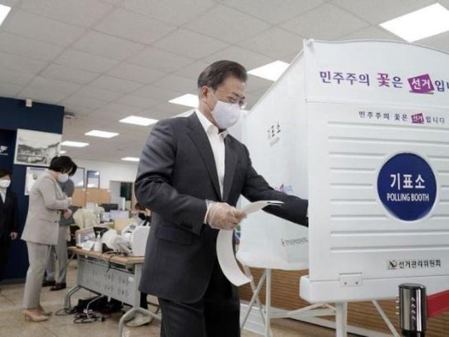 Tổng thống Hàn Quốc Moon Jae-in đi bỏ phiếu tại một điểm bầu cử ở thủ đô Seoul trong ngày bỏ phiếu sớm 11-4. Ảnh: YONHAP