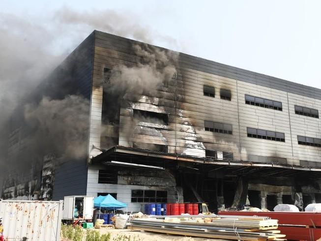 Khói đen bốc lên từ khu vực bị cháy của công trình đang xây dựng. Ảnh: YONHAP