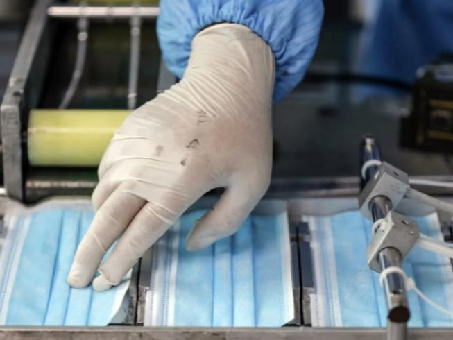 Khẩu trang y tế được sản xuất tại một nhà máy ở Bắc Kinh, Trung Quốc. Ảnh: EPA