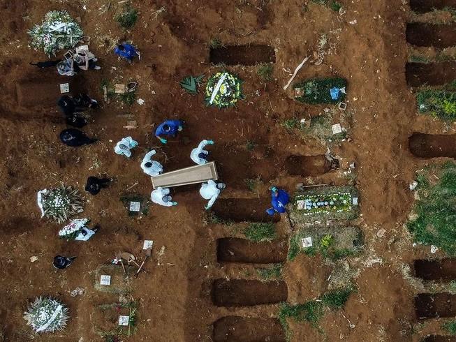 Một nạn nhân COVID-19 đang được chôn cất tại Nghĩa trang Vila Formosa, nằm ở ngoại ô TP Sao Paulo, Brazil. Ảnh: AFP