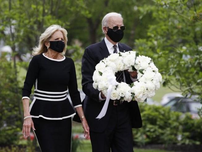 Ông Joe Biden và phu nhân Jill Biden xuất hiện tại đài tưởng niệm cựu binh vào ngày tưởng niệm. Ảnh: AP