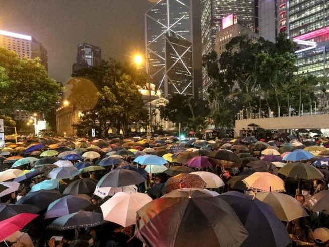 Ước tính có khoảng 40.000 công chức và thường dân tập trung tại Chater Garden để ủng hộ những người biểu tình chống chính phủ hồi tháng 8 năm ngoái. Ảnh: SCMP/FELIX WONG
