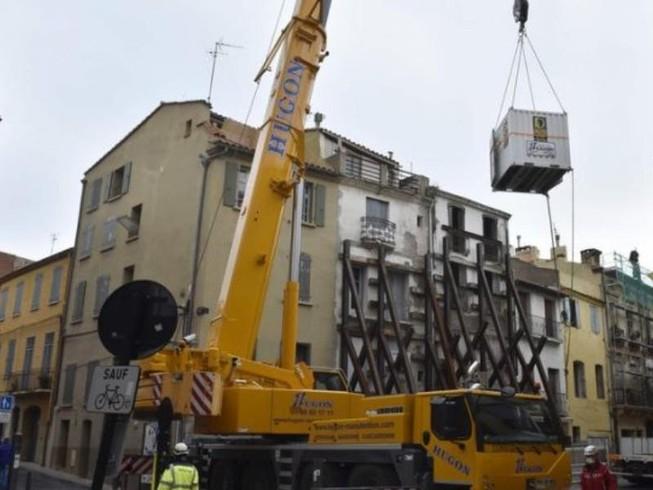 Dùng cần cẩu đưa người đàn ông nặng 300 kg đến bệnh viện