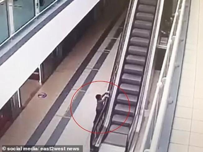 Bé 4 tuổi bị thương nặng sau khi đu thang cuốn lên cao
