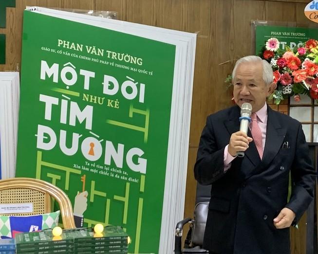Giáo sư Phan Văn Trường và bộ ba 'Một đời...'