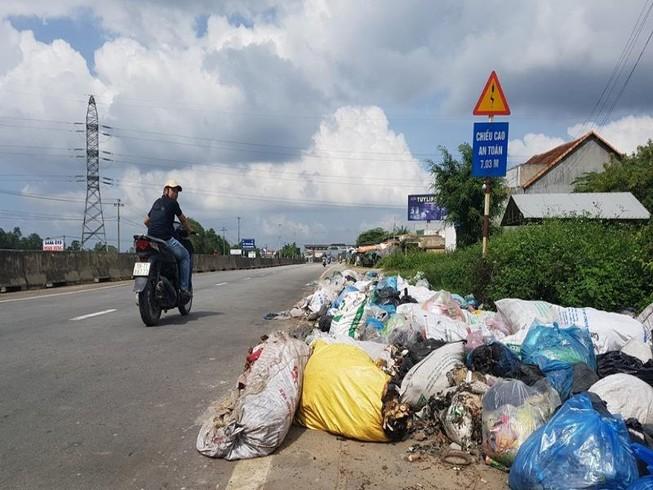 Quảng Ngãi: Quốc lộ 1 hóa thành bãi rác khổng lồ
