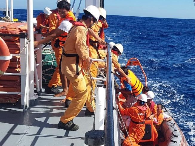 Chìm tàu ở Hoàng Sa, sáu ngư dân được cứu trong gang tấc