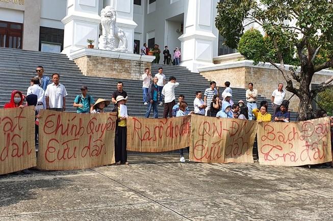 Gần 300 người bức xúc khi đại diện Bách Đạt An không đến tòa