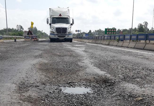 Cao tốc Đà Nẵng - Quảng Ngãi vừa bị phạt lại tiếp tục lở loét