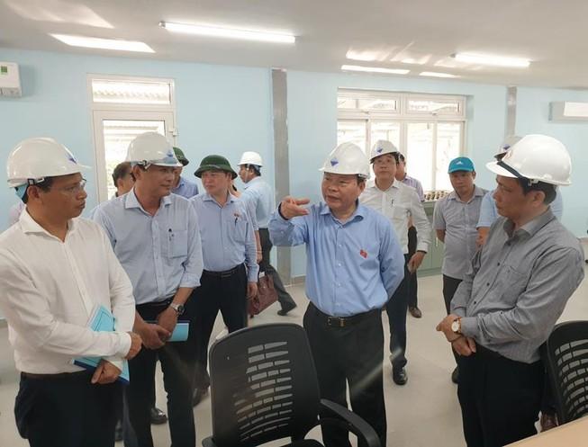 Phó chủ tịch Quốc hội Phùng Quốc Hiển thăm Nhà máy nước Cầu Đỏ. Ảnh: TẤN VIỆT