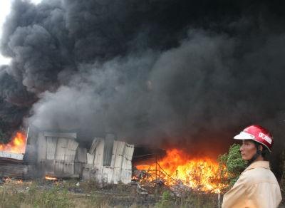 Cháy lớn khủng khiếp tại kho chứa phế liệu