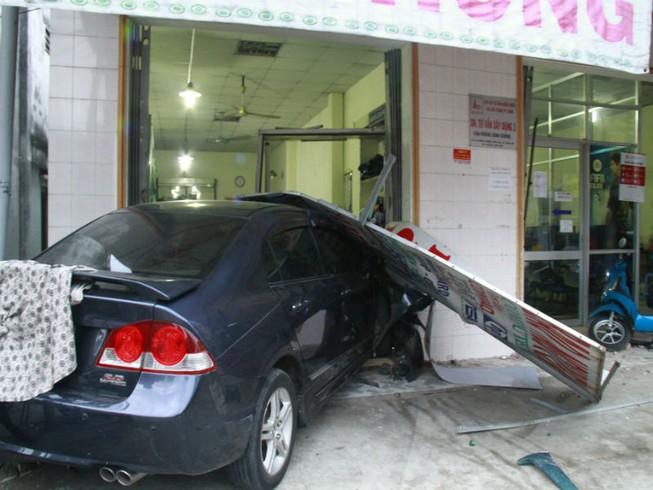 Hoảng loạn vì ô tô lao thẳng vào cửa hàng may
