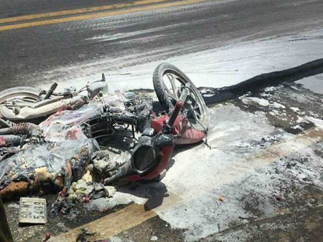 Va chạm xe tải, lửa trùm lên xe máy cùng bé trai 5 tuổi