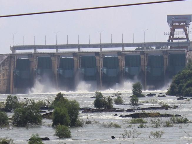 Nước hồ dâng cao, thủy điện Trị An tăng xả tràn