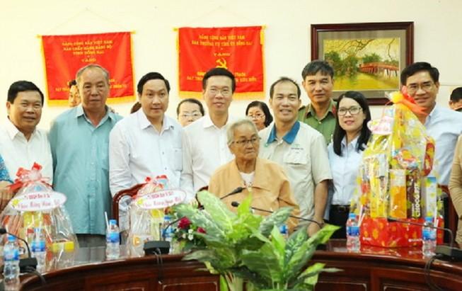Trưởng Ban Tuyên giáo Trung ương tặng quà tết tại Đồng Nai