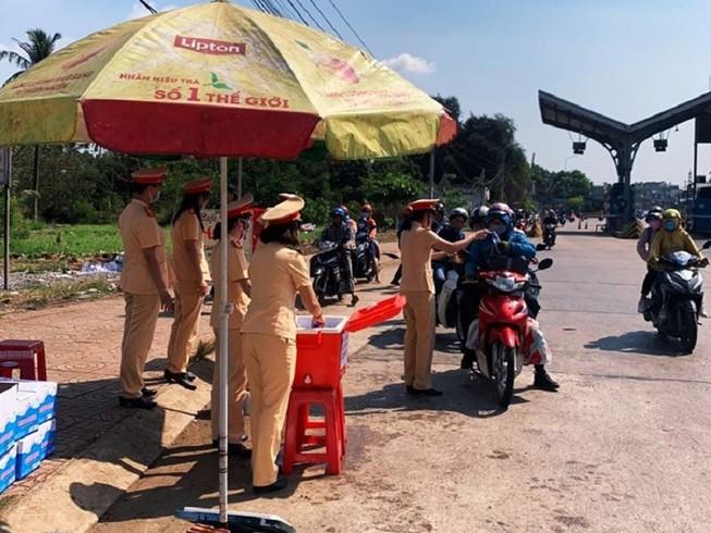 CSGT tỉnh Đồng Nai tặng nước, khăn lạnh cho người đi đường