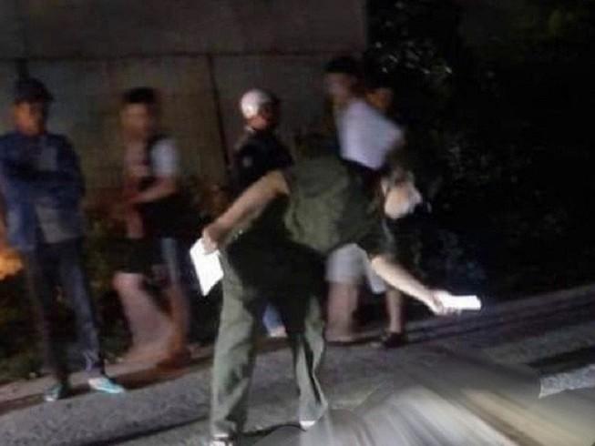 1 người đàn ông bị bạn nhậu đâm chết trên đường