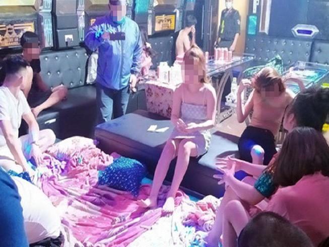 """Hàng chục thanh niên tổ chức """"tiệc"""" ma túy tại phòng hát Karaoke. Ảnh: CA."""