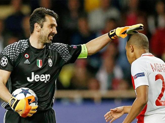 Tấm ảnh gây sốt giữa 'bố' Buffon và 'con trai' Mbappe