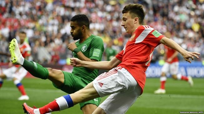 Barcelona sẽ mua Golovin thay Iniesta?