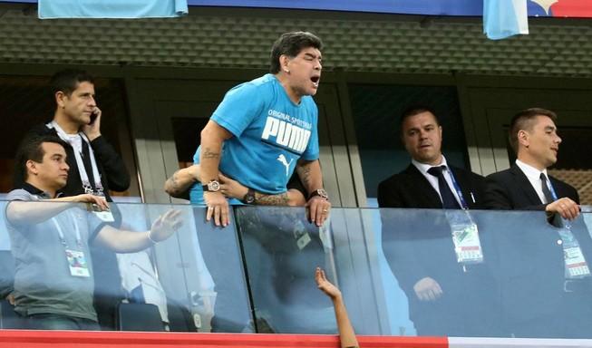 """FIFA tuýt còi """"kẻ làm thuê"""" Maradona"""