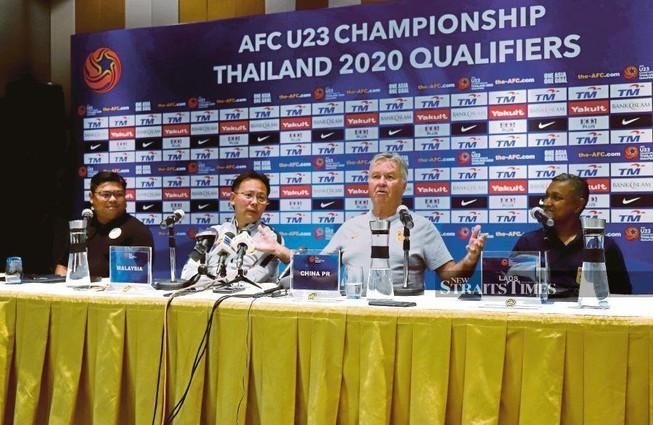 HLV Park Hang-seo và Guus Hiddink tập trung cao độ cho U-23