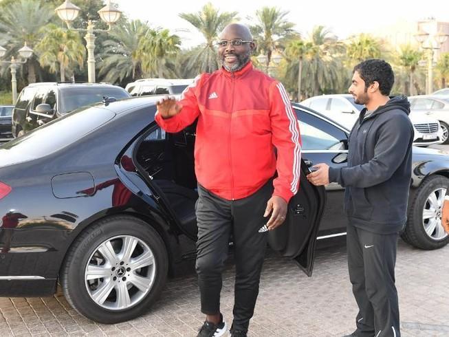 Tổng thống Weah đến thăm UAE rồi làm... HLV bóng đá