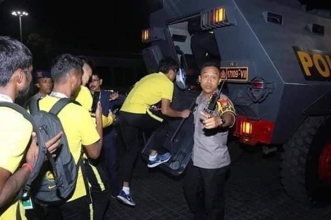 Indonesia điều xe bọc thép chở đội Malaysia về khách sạn