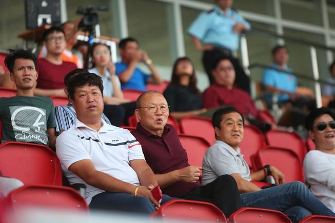 Thầy Park chứng kiến đội nhà thua 1-4