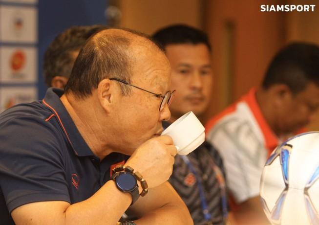 Báo chí Thái Lan 'soi'... tách cà phê của HLV Park Hang-seo
