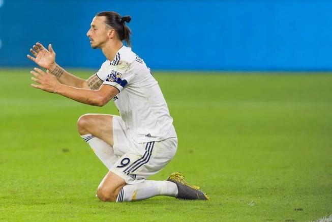 'Ngoại tình' với đối thủ, Ibrahimovic bị fan quê nhà phá tượng