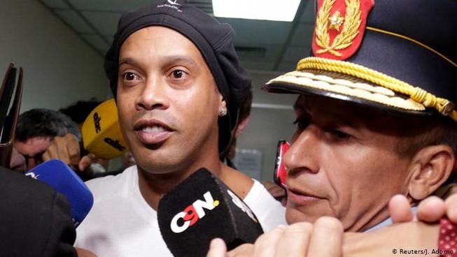 Ronaldinho bị quản thúc trong 'lồng vàng' và 'cách ly xã hội'
