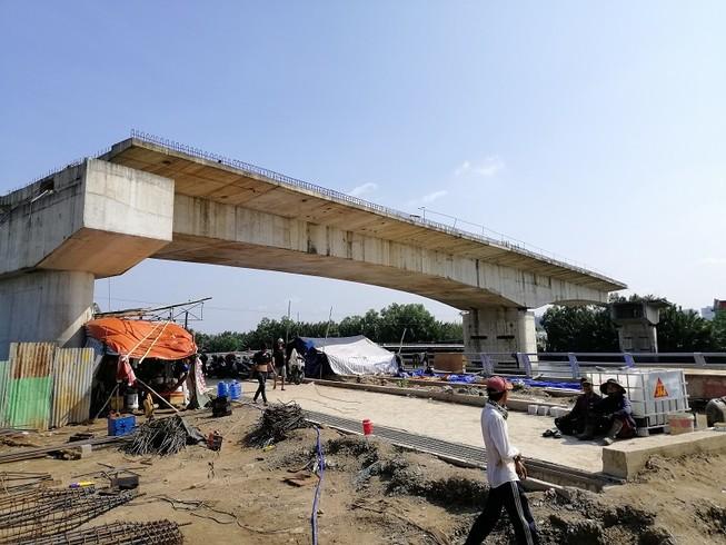Cây cầu bảy năm chưa thể nối đôi bờ, dân chỉ được 'ngó'