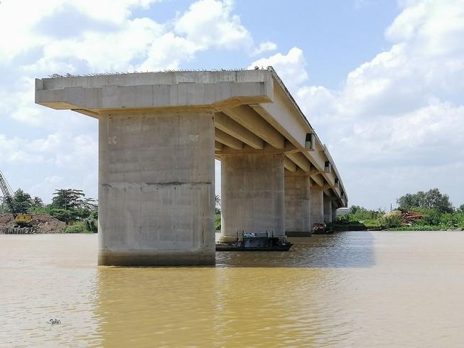 Người dân ngao ngán nhìn cầu Long Đại 'mọc cây'