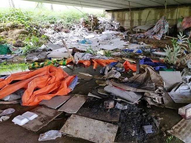 Cận cảnh rác thải tràn ngập đường song hành cao tốc